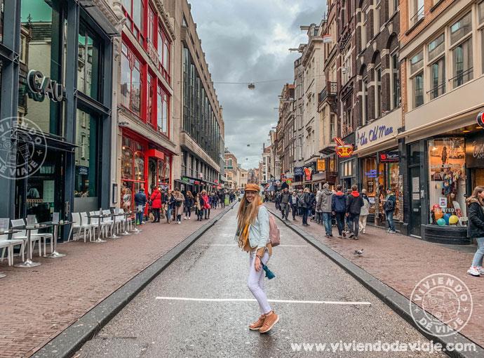 Una de las calles más animadas de Ámsterdam, la Damstraat