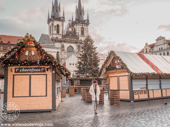 Mercado de Navidad de la Plaza de la Ciudad Vieja temprano y sin gente