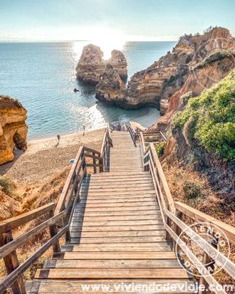 Escaleras de bajada en Praia do Camilo