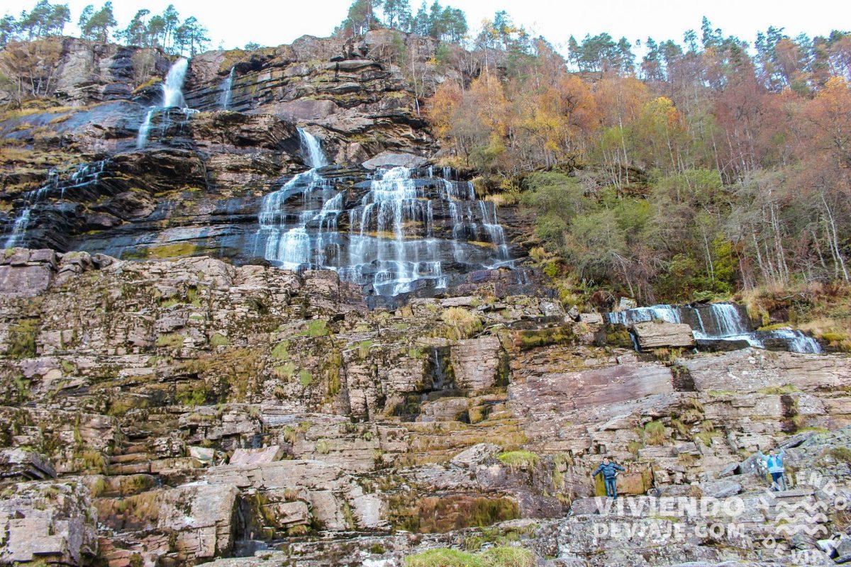 Parada en la cascada Tvindefossen en la ruta por Noruega