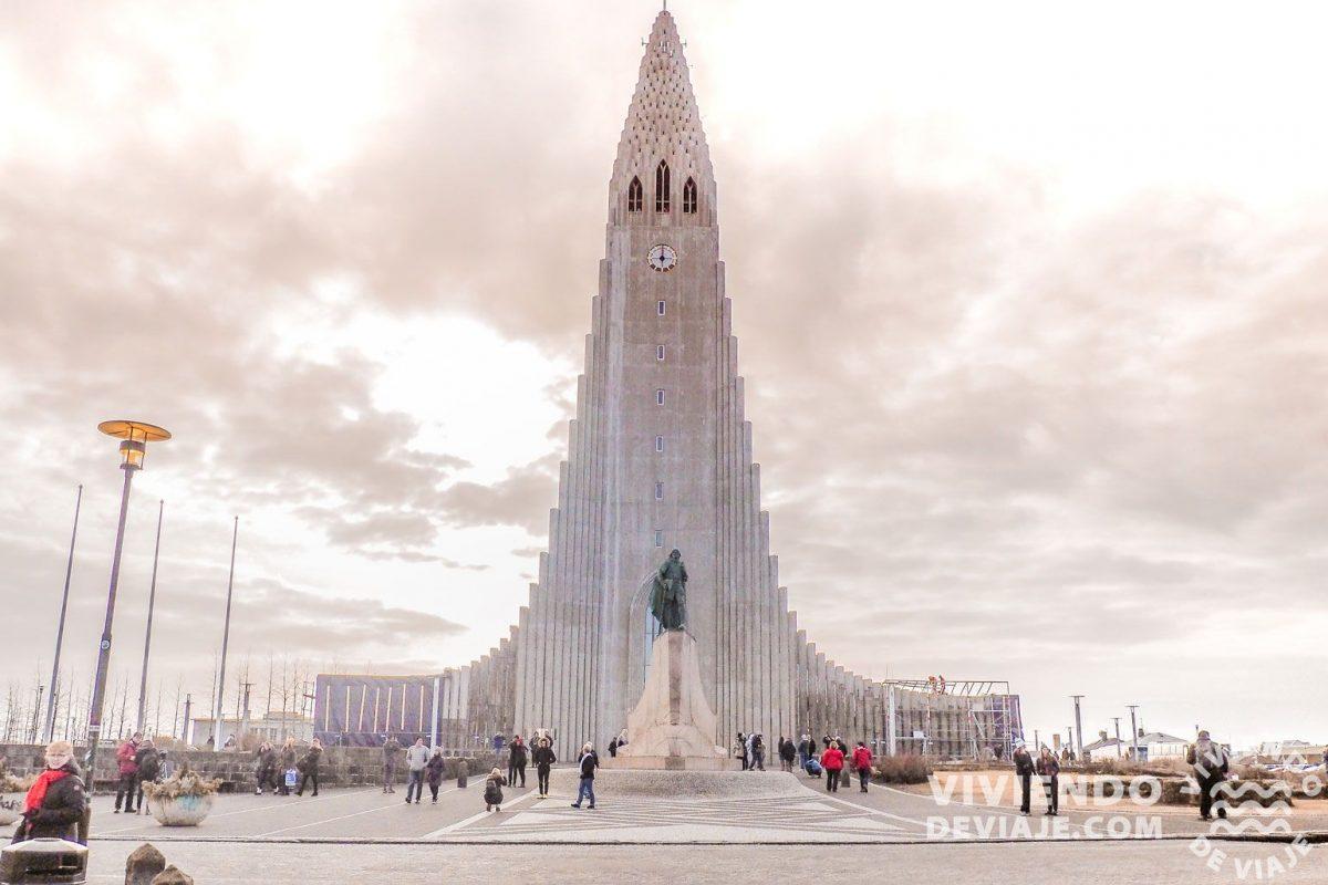 Famosa iglesia Hallgrímskirkja de Reikiavik