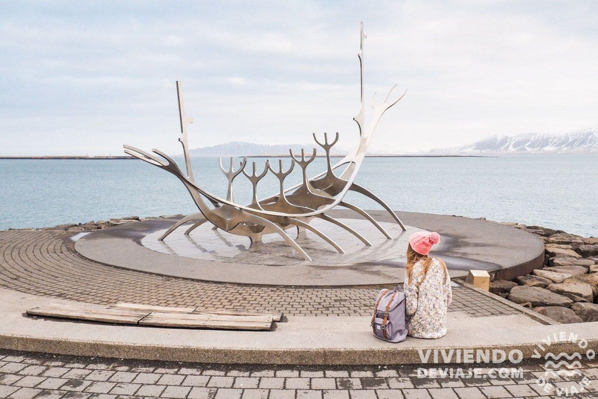 Qué hacer en Islandia   Una foto con la escultura El Viajero del Sol