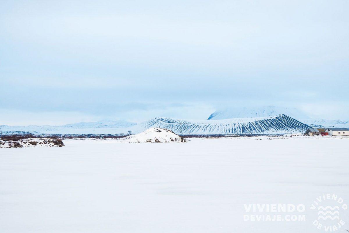 El lago Myvatn con el cráter Hverfjall al fondo