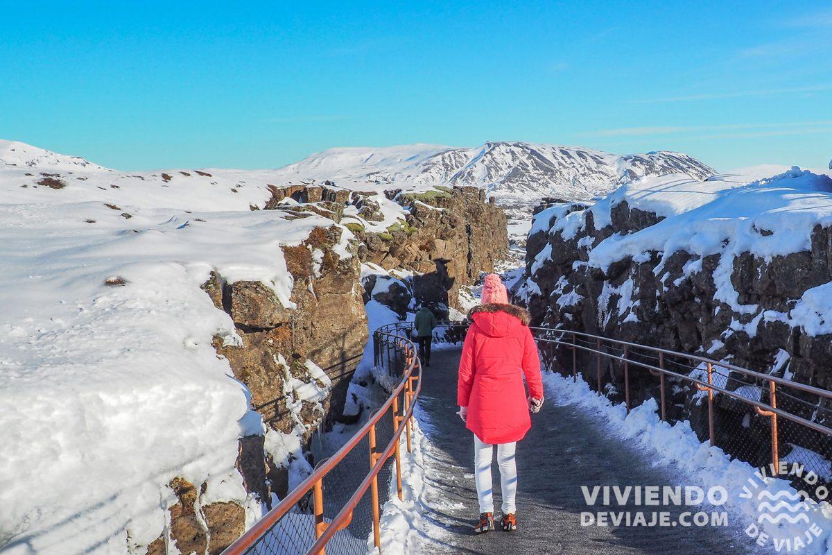 Caminando entre las placas tectónicas de Euroasia y Norteamérica en el Círculo de Oro de Islandia