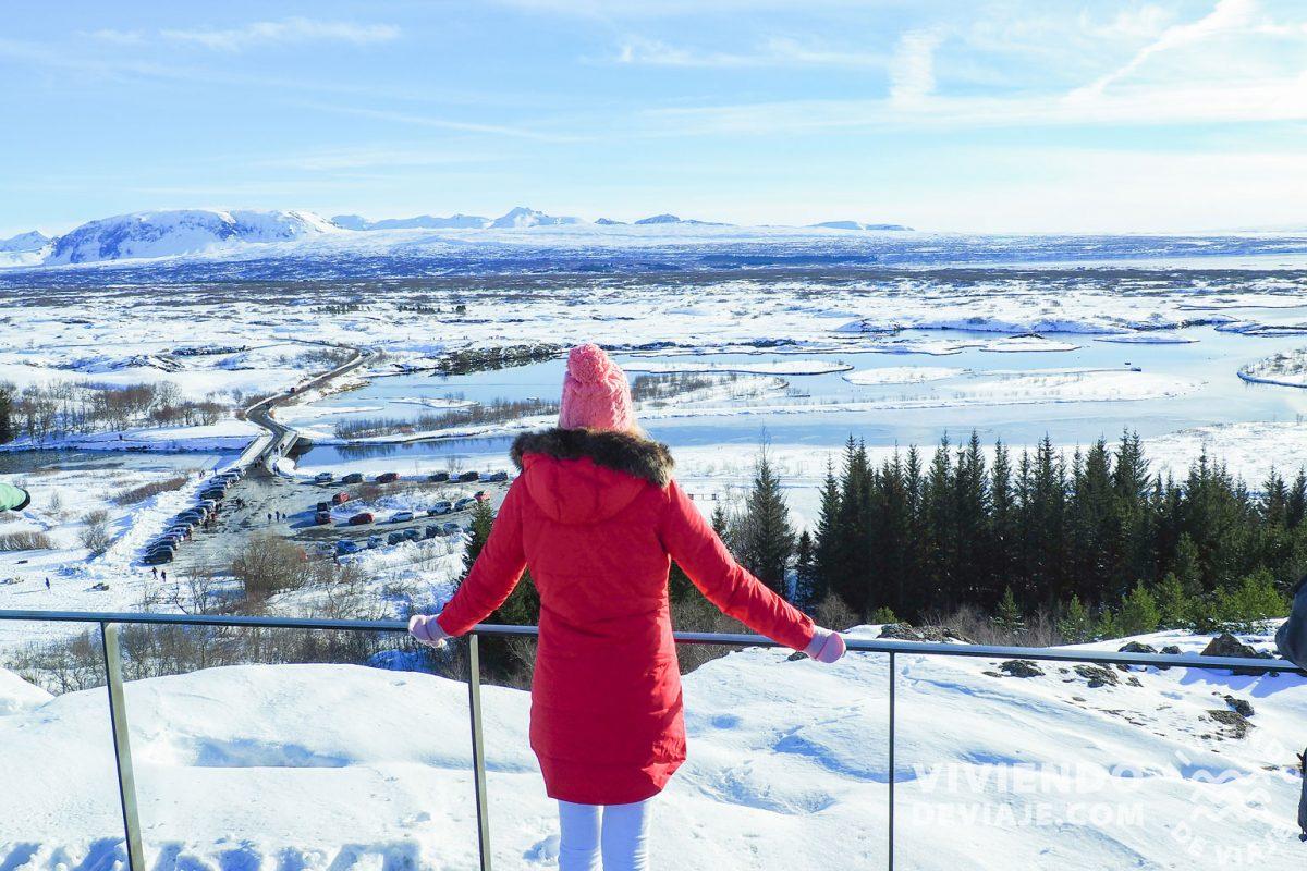 Mirador del lago Þingvallavatn al lado del parking P1 en el Círculo Dorado de Islandia