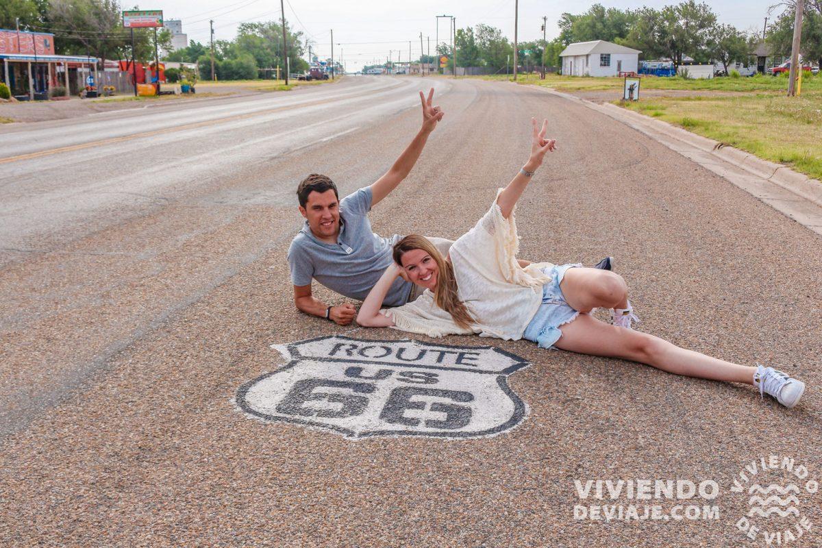 Rótulos de la Ruta 66 en la calzada